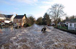 हम किस किस प्रकार से बाढ़ ग्रस्त लोगों की मदद कर सकते हैं?Essay